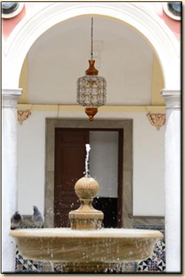"""Fuente del patio del Excmo. Ayuntamiento de Granada."""""""